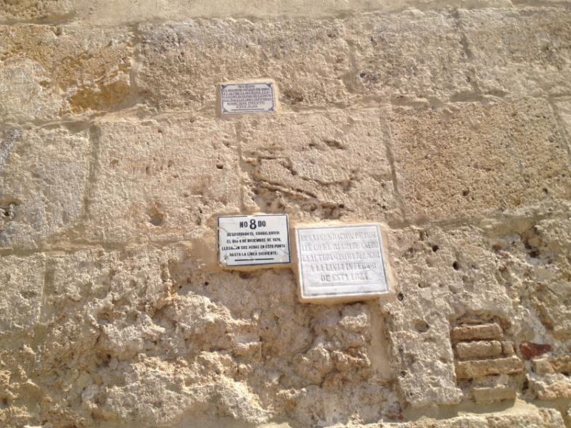 Placas conmemorativas de las crecidas del Guadalquivir