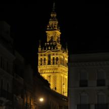 Vista de la Giralda de Sevilla, por la noche