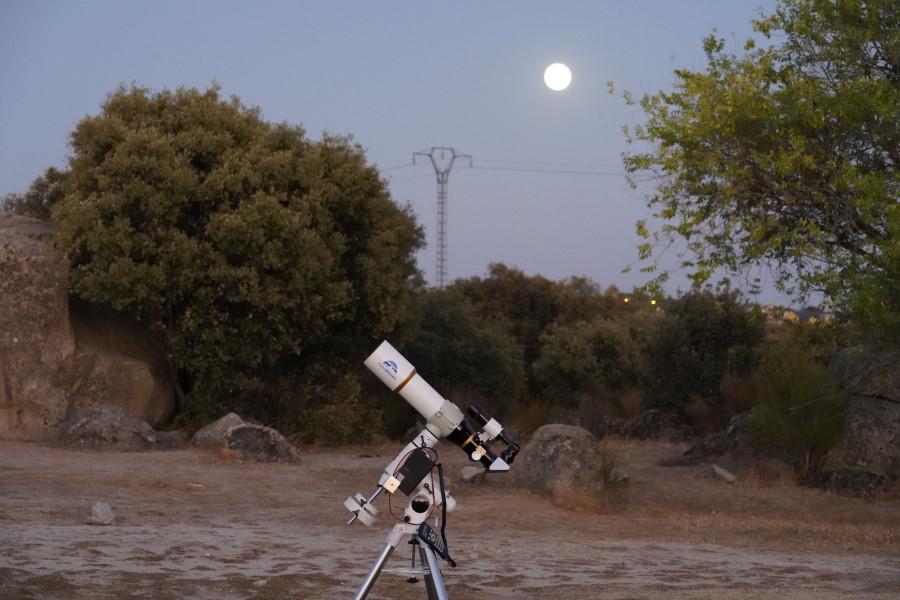 Cuando oscurece llega el momento de observar con el telescopio...