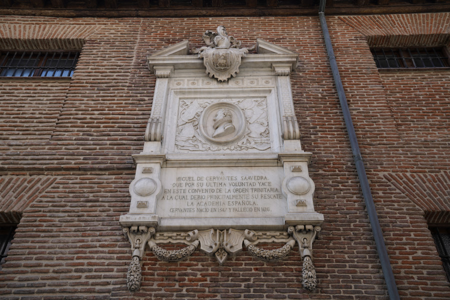 Placa exterior en el convento de Trinitarias de Madrid