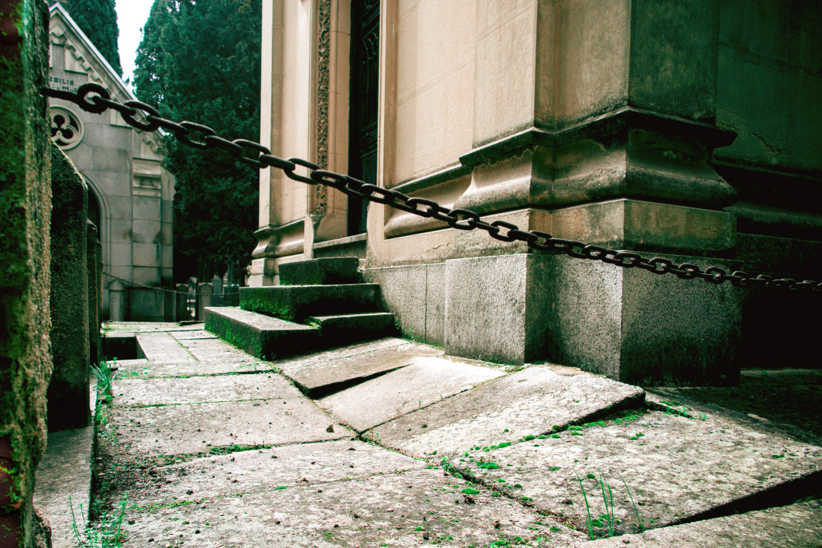 Pasillo de un cementerio de Madrid