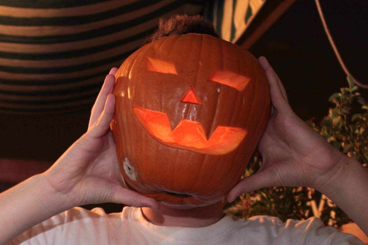 Te contamos cómo vaciar una calabaza de verdad para Halloween