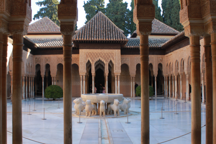Visitar La Alhambra requiere mucho tiempo y dedicación... por eso te indamos los puntos de atención imprescindibles para visitarla con peques.
