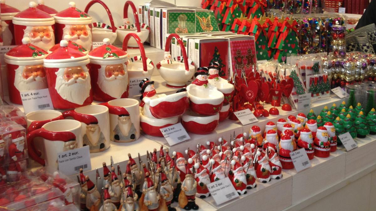 Adornos navideños en una tienda Tiger