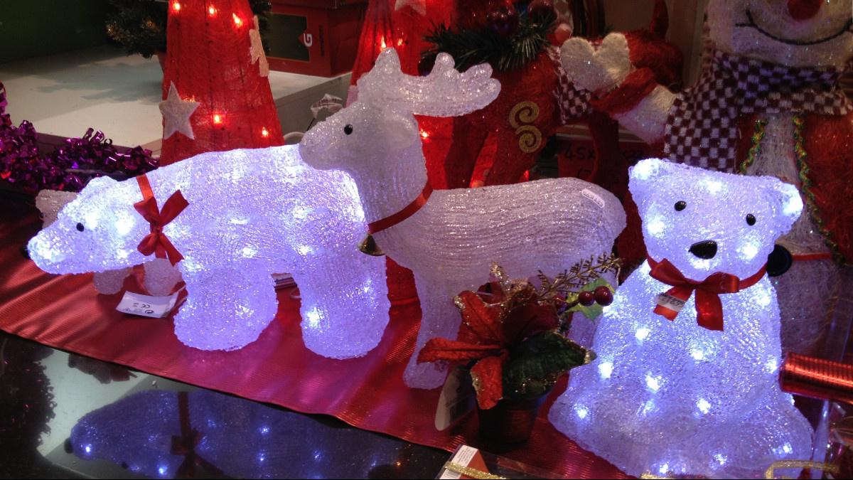 Adornos navideños luminosos en un bazar chino