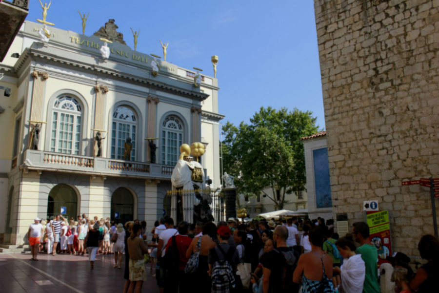 Acceso al Museo Dalí de Figueres