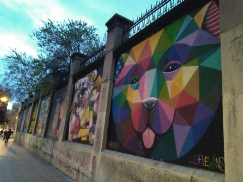Grafiti en la fachada de la antigua Tabacalera, en Madrid