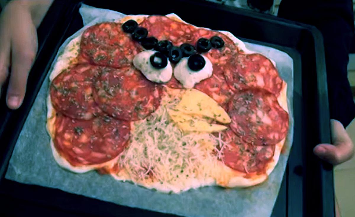 Así queda la pizza de los Angry Birds antes de meterla en el horno