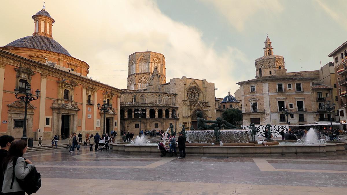 Vista de la Plaza de la Virgen, con el Miguelete al fondo, en el centro histórico de Valencia
