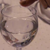 Hay que humedecer el borde de la copa para hacerla 'cantar?