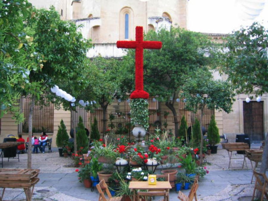 Grandes cruces de flores se levantan en Granada estos días