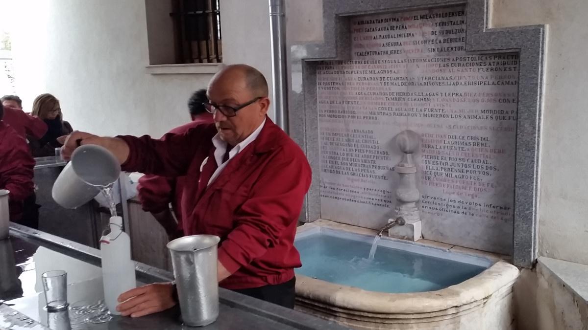 Fuente de San Isidro, con un aguador sirviendo agua