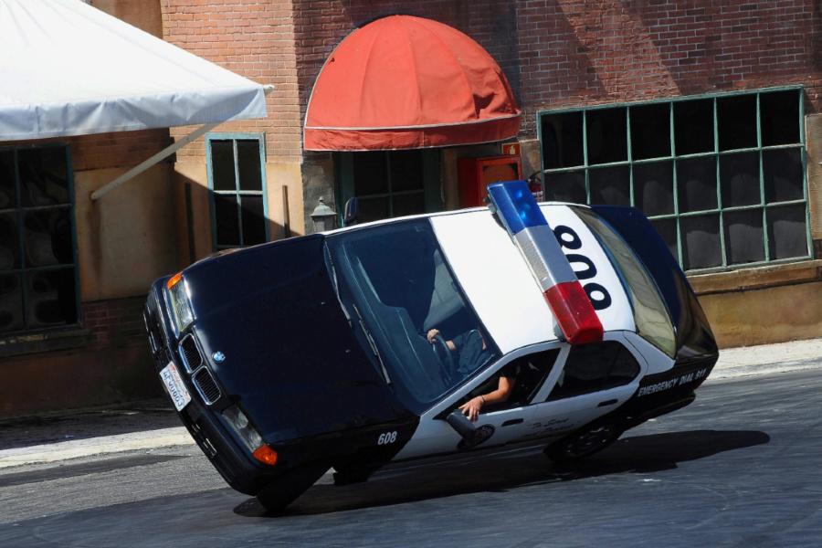 Los 'locos' policías vuelven a tomar la calle en el Parque Warner, después del coronavirus