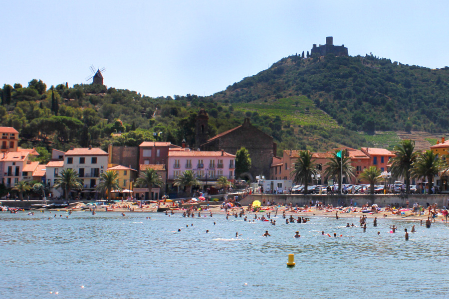 Playa de Collioure con su molino el Fuerte de Saint Elme al fondo