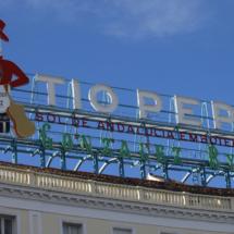 El Km. 0 se encuentra frente al cartel del Tío Pepe, otro emblema de la Puerta del Sol