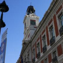 Edificio de la Puerta del Sol coronado por el reloj de las campanadas, frente al Km. 0
