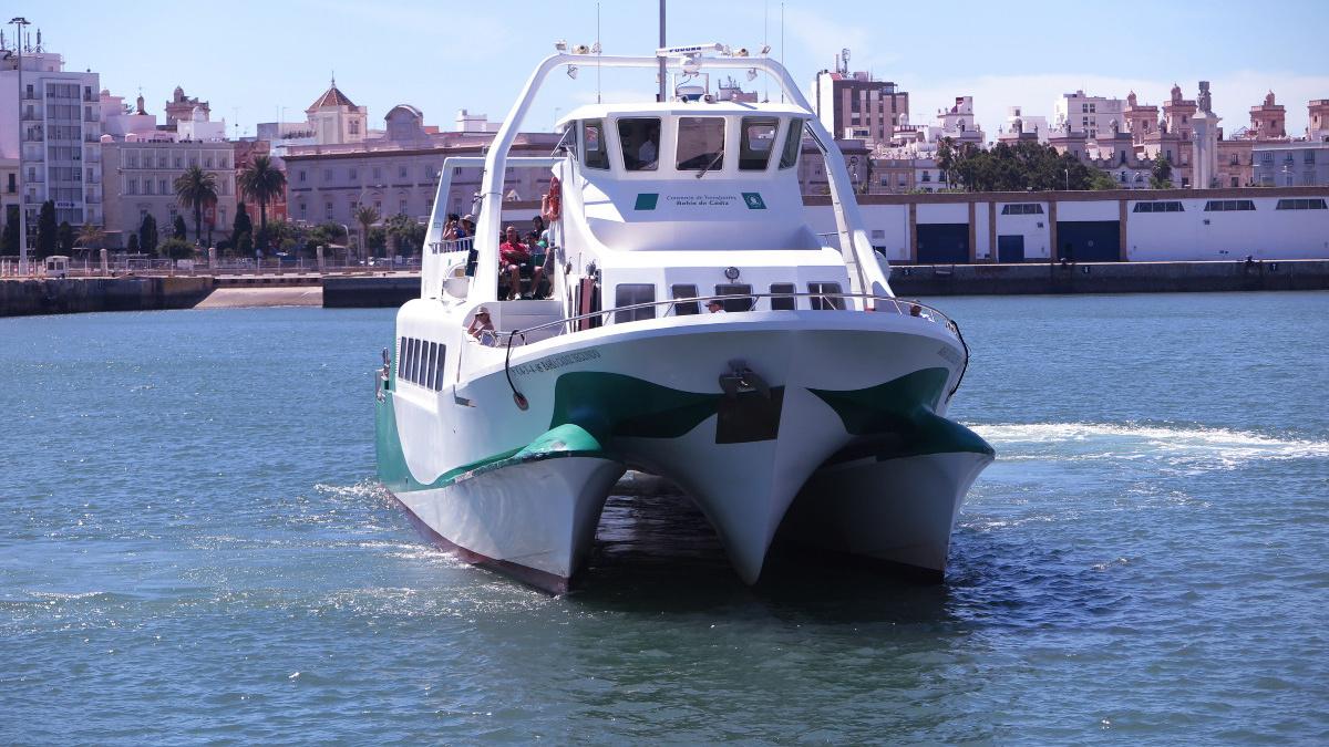 Una excursión en un barco turísitico es un buen plan para las vacaciones con peques