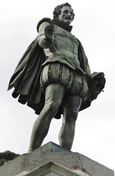 Detalle de la estatua de Cervantes en la Plaza de las Cortes