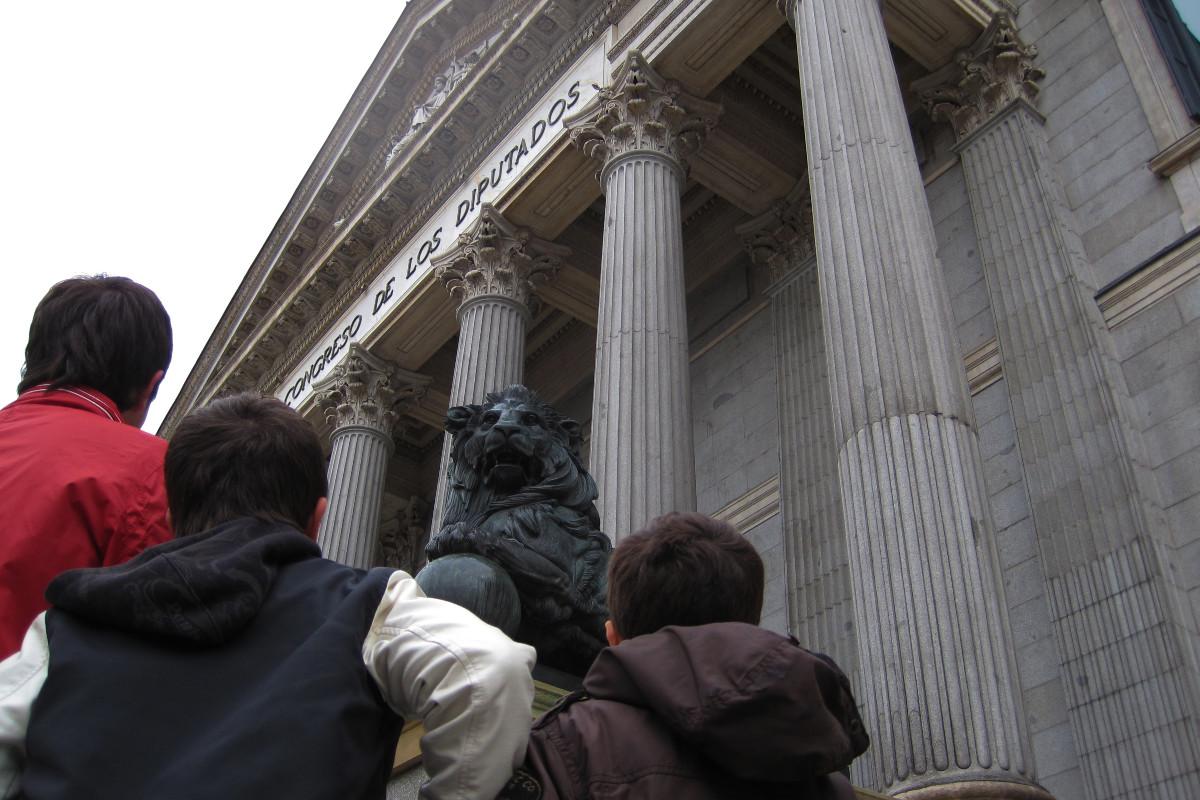 Miramos cara a cara a los leones del Congreso en este paseo por Madrid