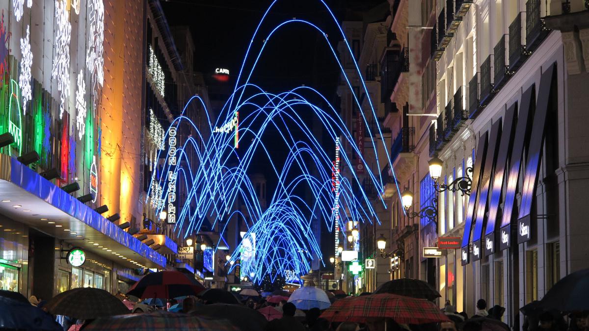 Arcos navideños en una de las calles más comerciales de Madrid