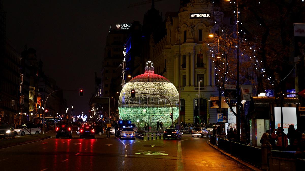 Gran bola navideña junto al edificio Metrópolis