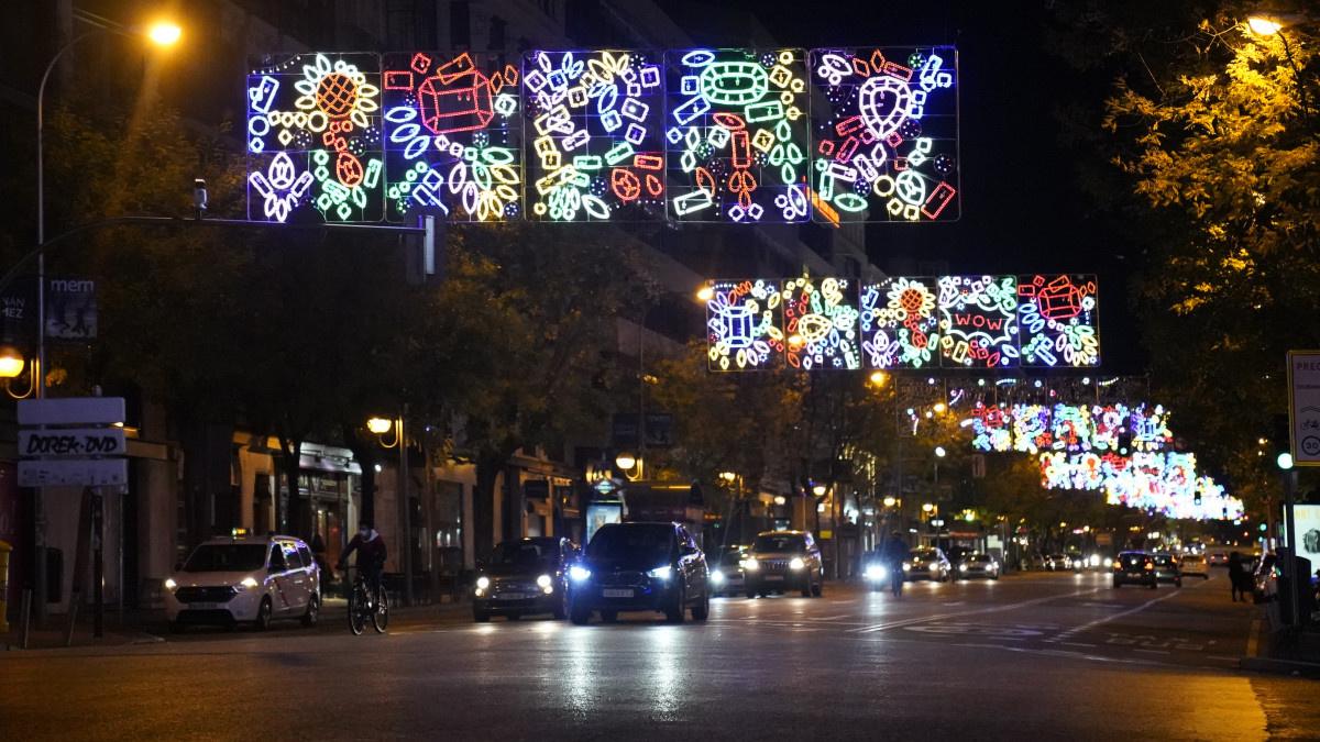 Guirnaldas luminosas navideñas en las calles de Madrid