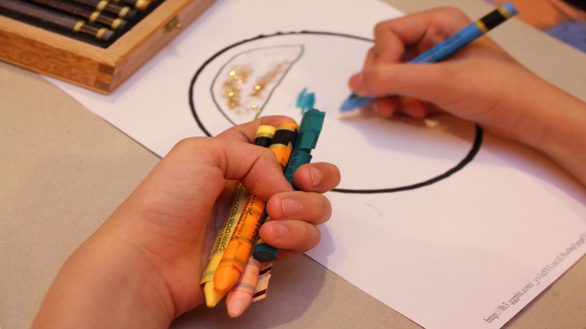 Pintar dibujos impresos de Internet es un plan casero, tranquilo y 'low cost'