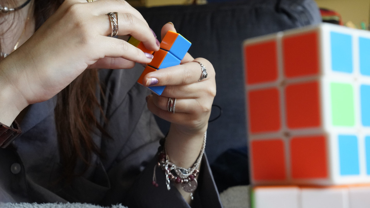 Jugamos con cubos Rubik en familia