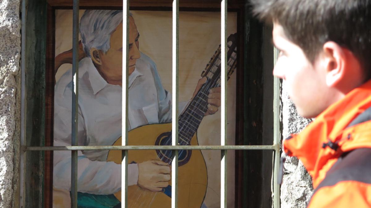 Pintura de la exposición al aire libre 'Casas con Vida', en Fresnedillas de la Oliva