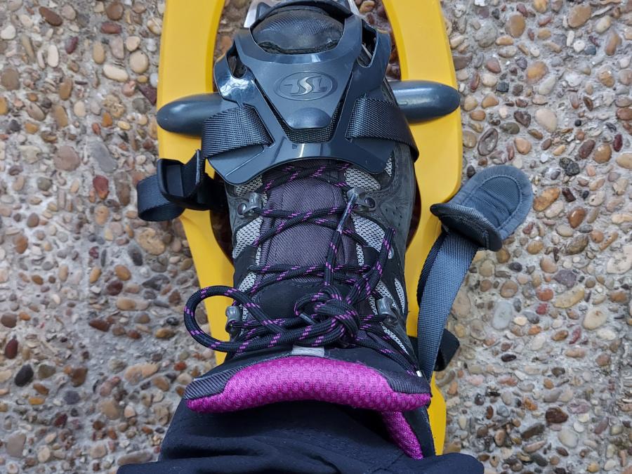 Para calzarse las raquetas de nieve hay que llevar botas de montaña